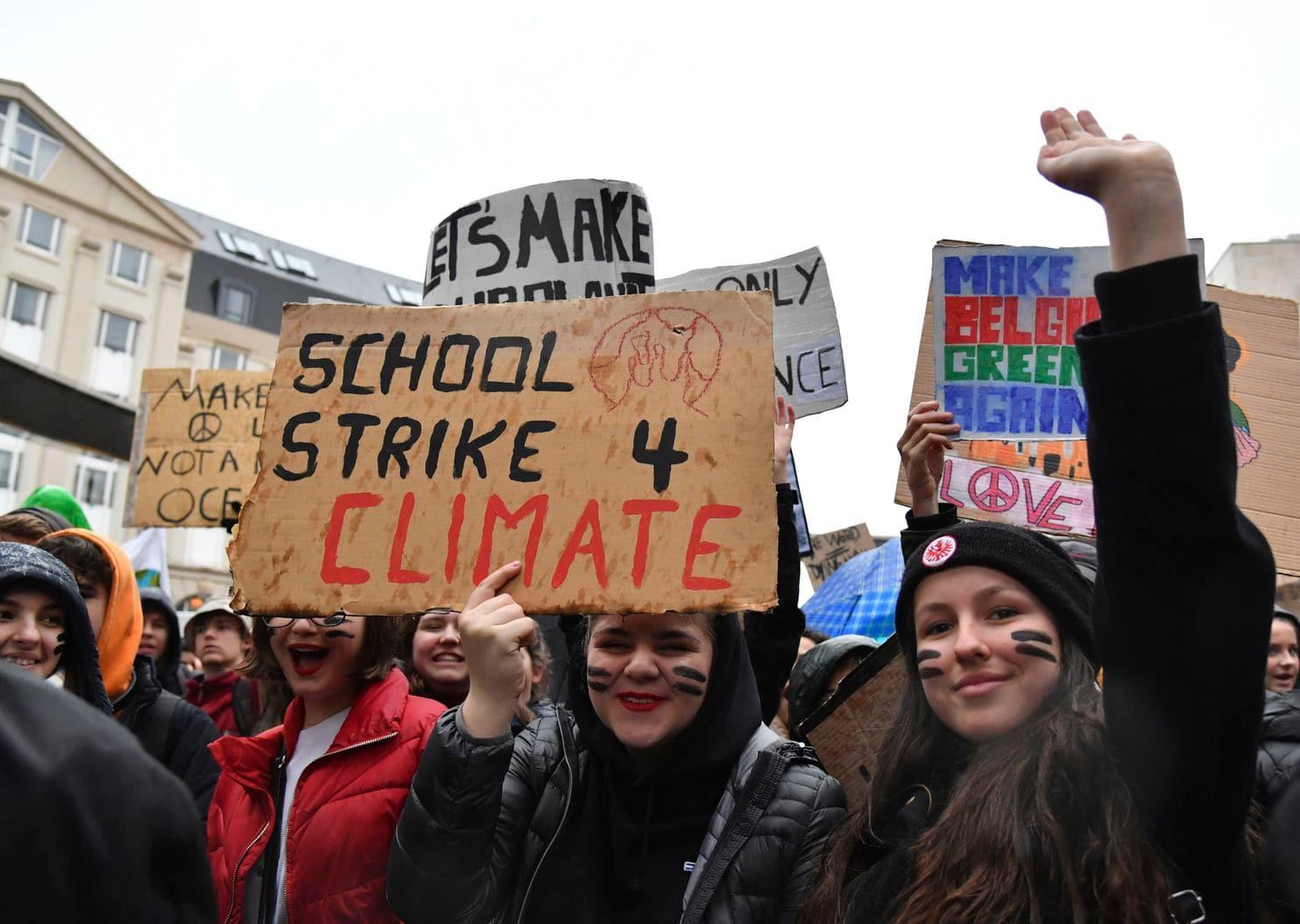 Avrupa'da binlerce öğrenci çevre için sokağa çıktı