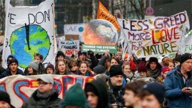 İngiltere'de öğrenciler iklim değişikliğine karşı ders bırakıyor!
