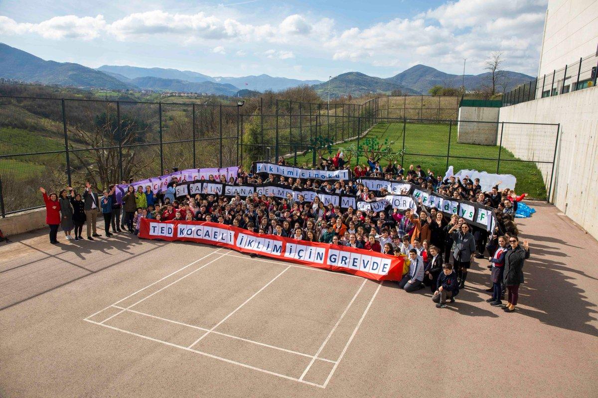 #İklimiçinOkulGrevleri'nin 32. haftasında Türkiye'deki öğrenciler pankartlarını okul bahçesinde açtı