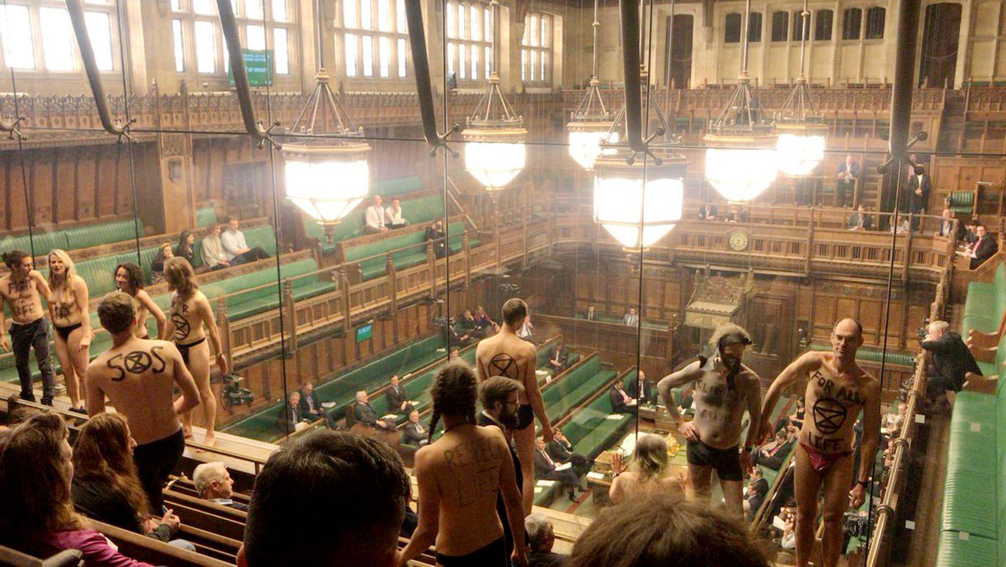 İklim eylemcileri İngiliz Parlamentosu'nu bastı