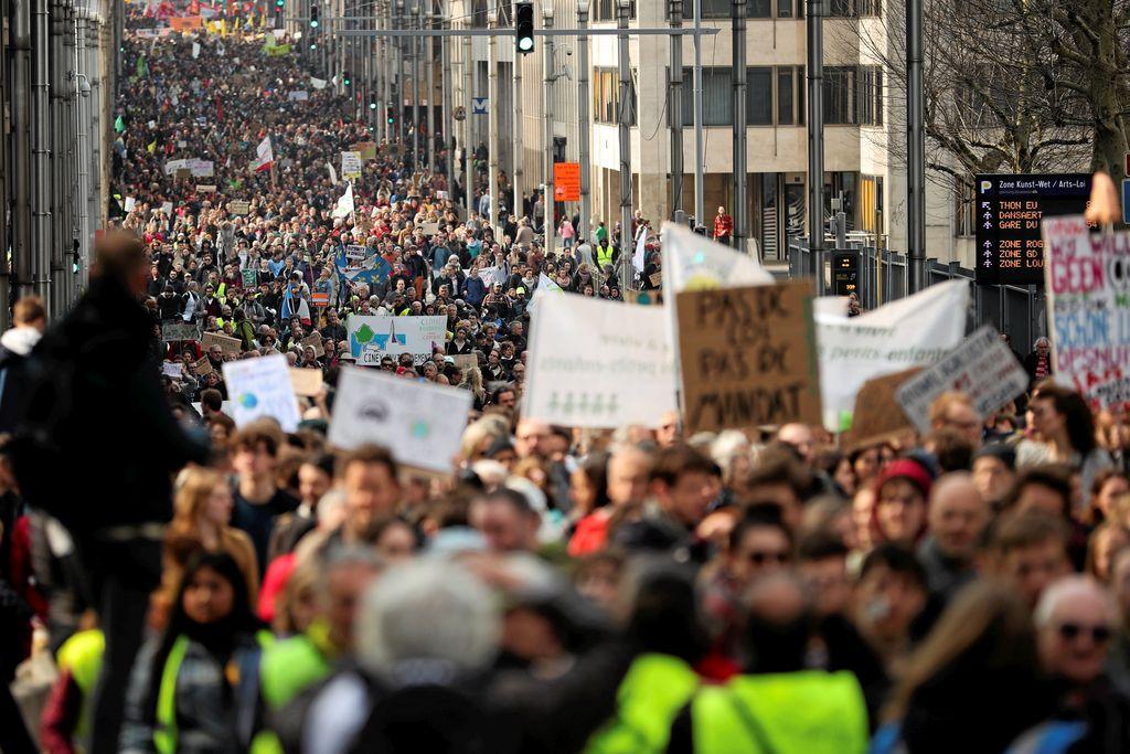 Brüksel'de 10 bin kişi hükümetin iklim politikalarını protesto etti