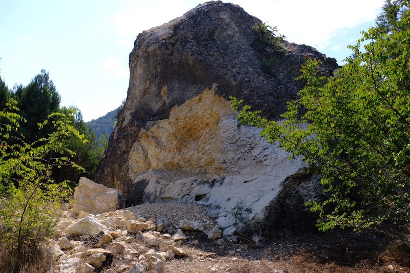 """Vandallıkta bugün: İkibin yıldır duran Bolu'daki """"Frig Kaya Kitabesi"""" artık yok"""
