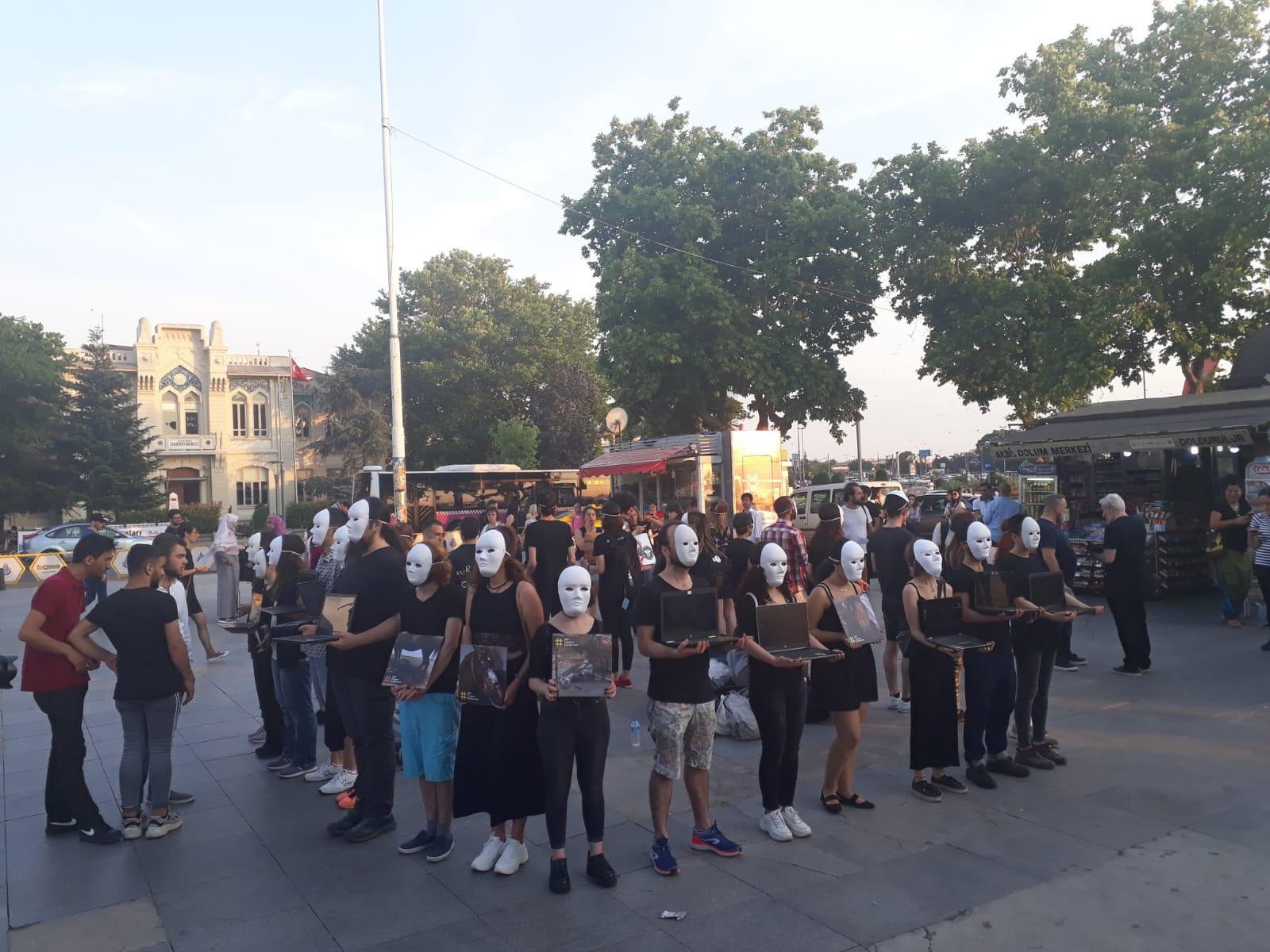 Hayvan özgürlüğü aktivistleri Kadıköy'de gerçeklik küpü eylemi gerçekleştirdi