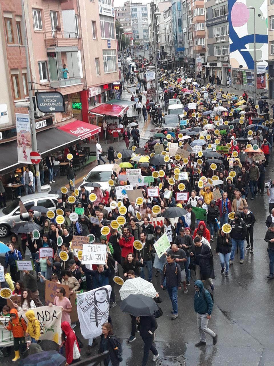 Kadıköy'de iklim krizine karşına birleşen gençler: Büyüklere sormadan bu kararı veriyoruz, isyan başladı