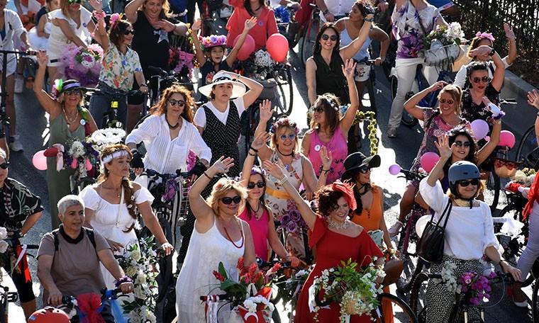 Arabadan in, bisiklete bin: Otomobilsiz Kent Günü'nde binlerce yurttaş yürüyüşlere katıldı, bisiklet sürdü.